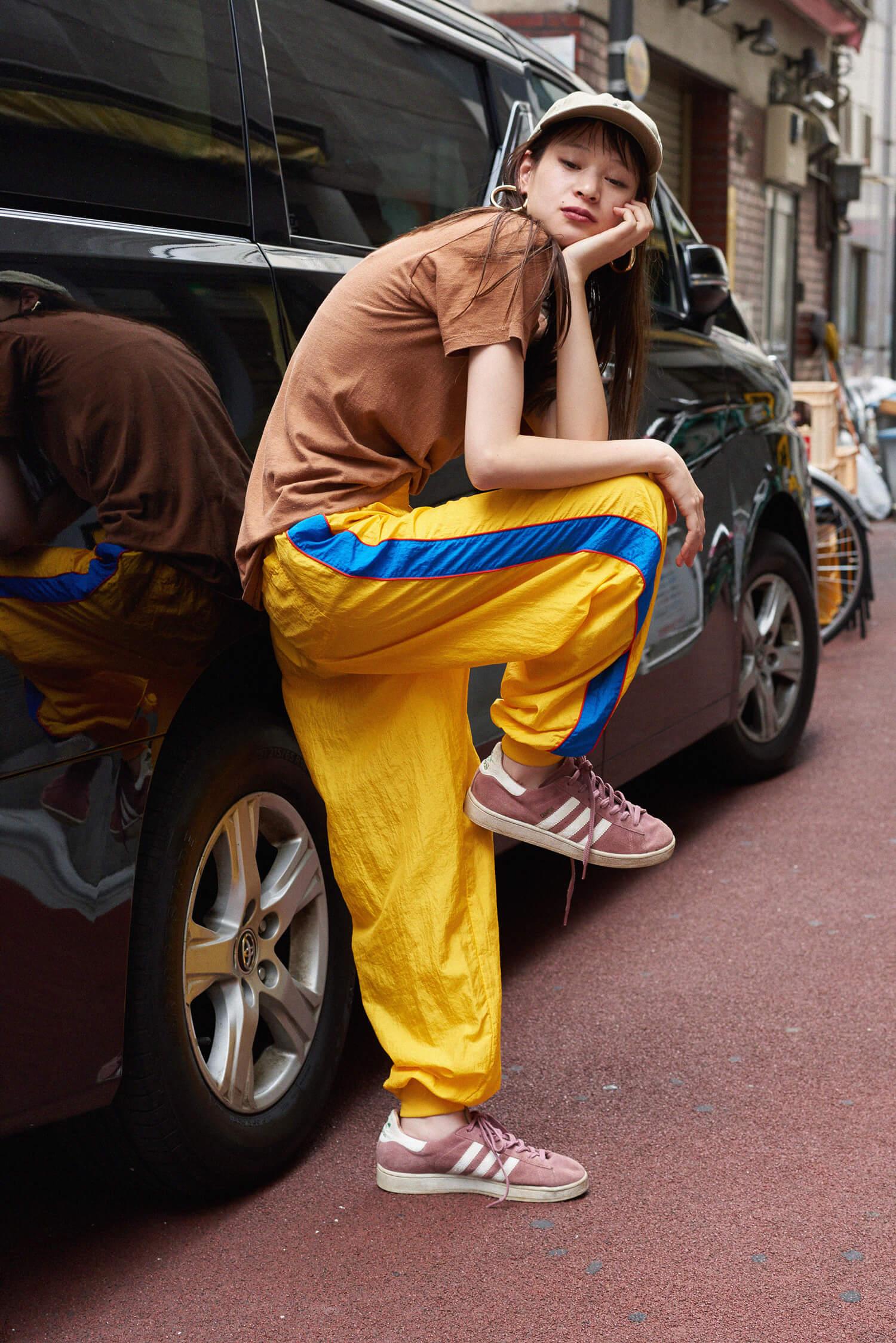 〈ユーズド〉パンツ ¥3,800+TAX、ジャケット ¥11,800+TAX、Tシャツ ¥3,400+TAX、キャップ ¥5,400+TAX  その他スタイリスト私物