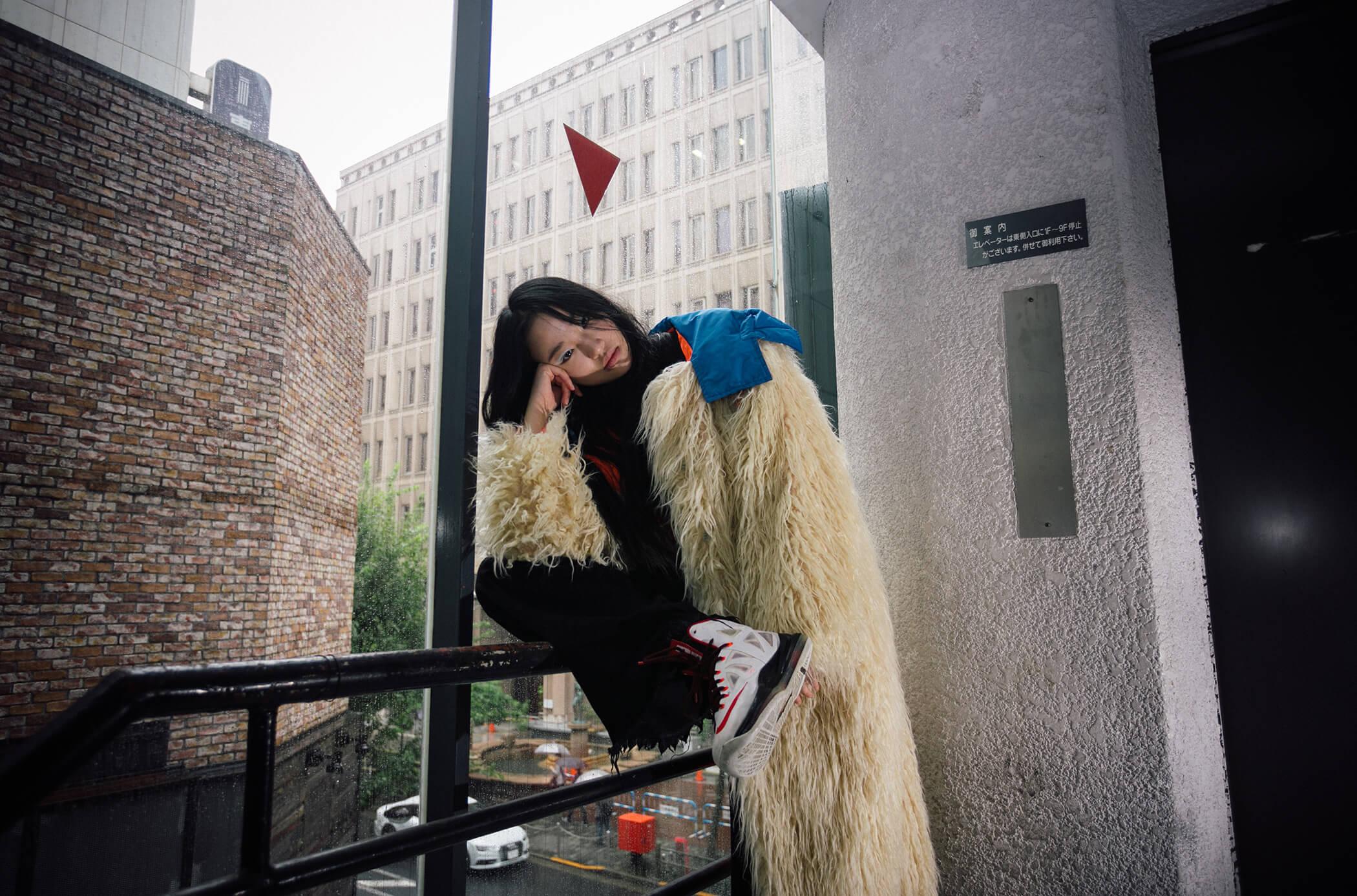 新宿の街に煌めくDIESELの新作アウター。