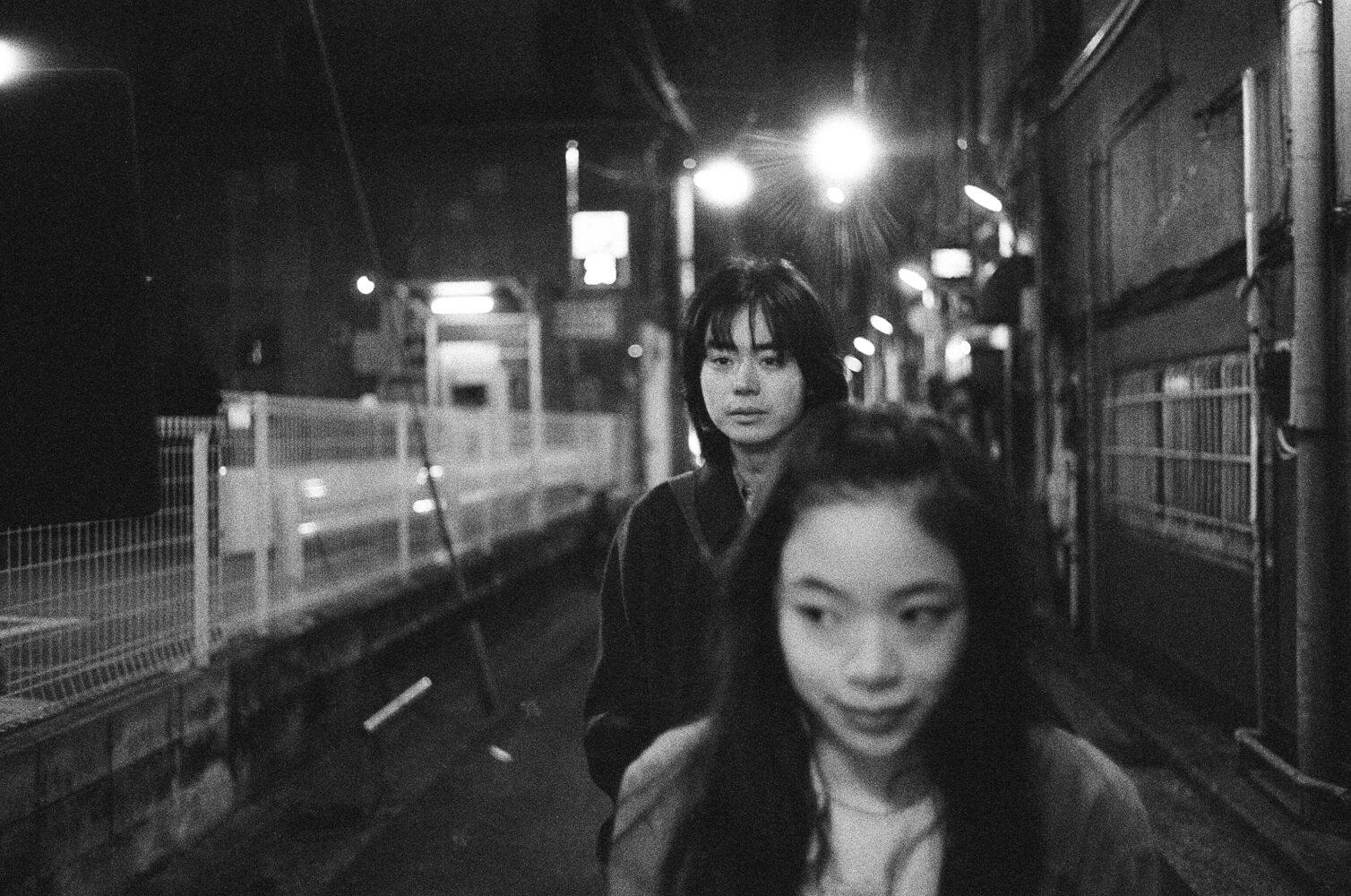 11月9日公開『生きてるだけで、愛。』主演の趣里、菅田将暉を撮影したモノクロ写真が到着。