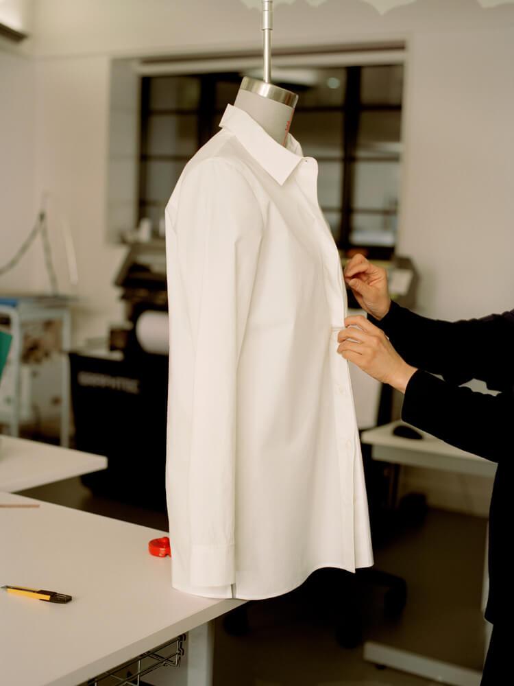 COSが3Dドレーピング技術を用いて作った、完璧な白シャツ。