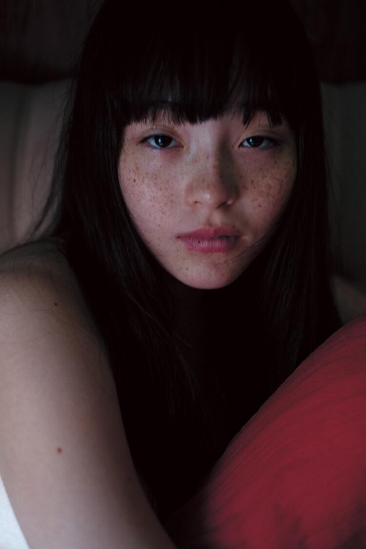 少女から大人の女性へ。日本写真界の巨匠・沢渡朔が写した、これまで見たことのないモトーラ世理奈の姿。