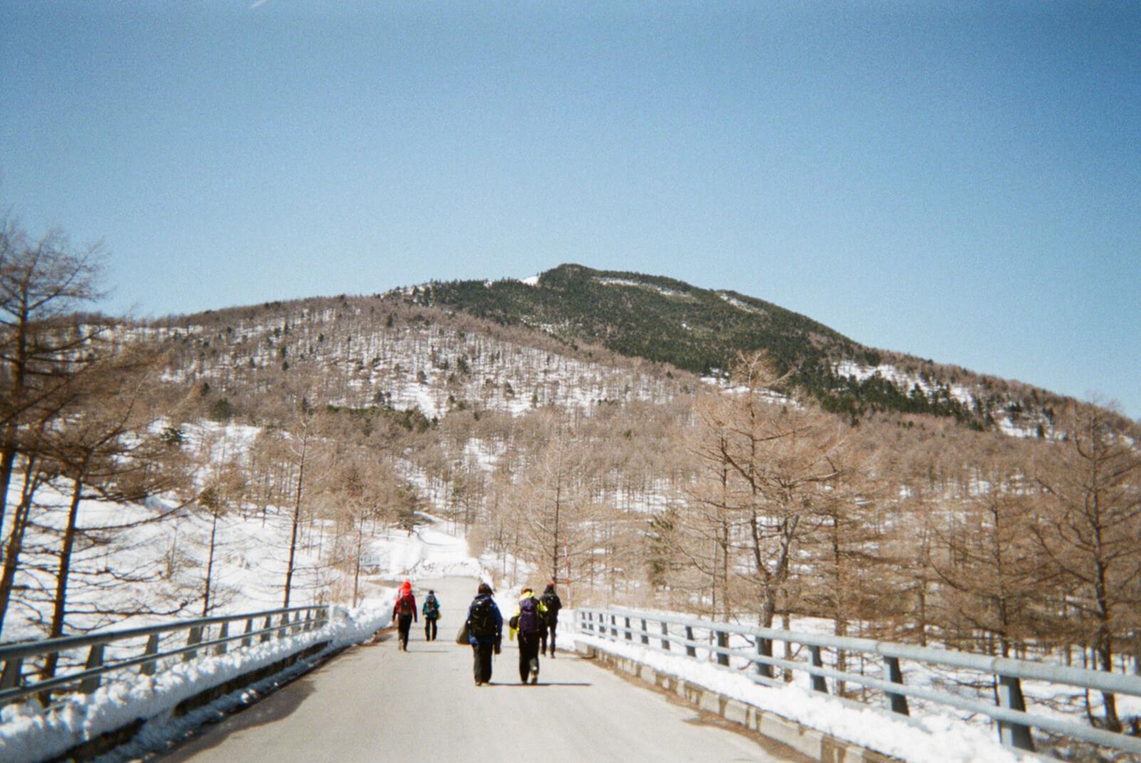アウトドア初心者たちが楽しむ、春のスノートレッキング旅。
