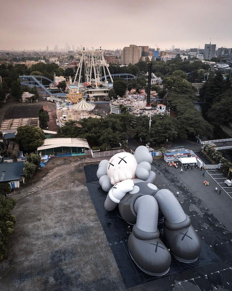 富士山の麓に寝そべるKAWSのCOMPANIONは、なんと全長40メートル!