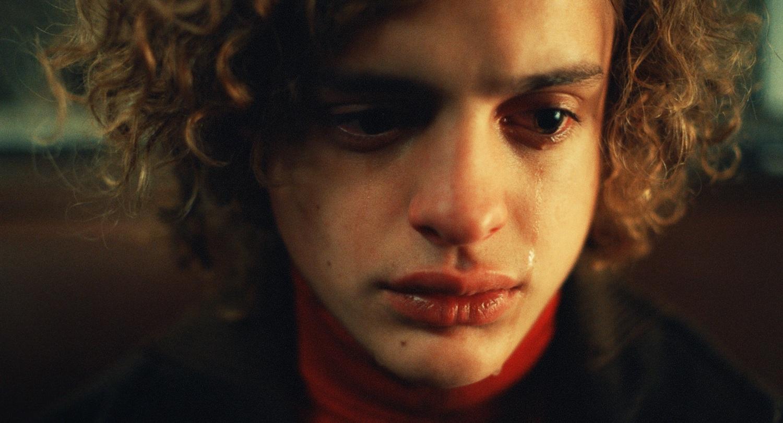 『永遠に僕のもの』で華々しく俳優デビューを飾ったロレンソ・フェロの秘蔵カットを公開。