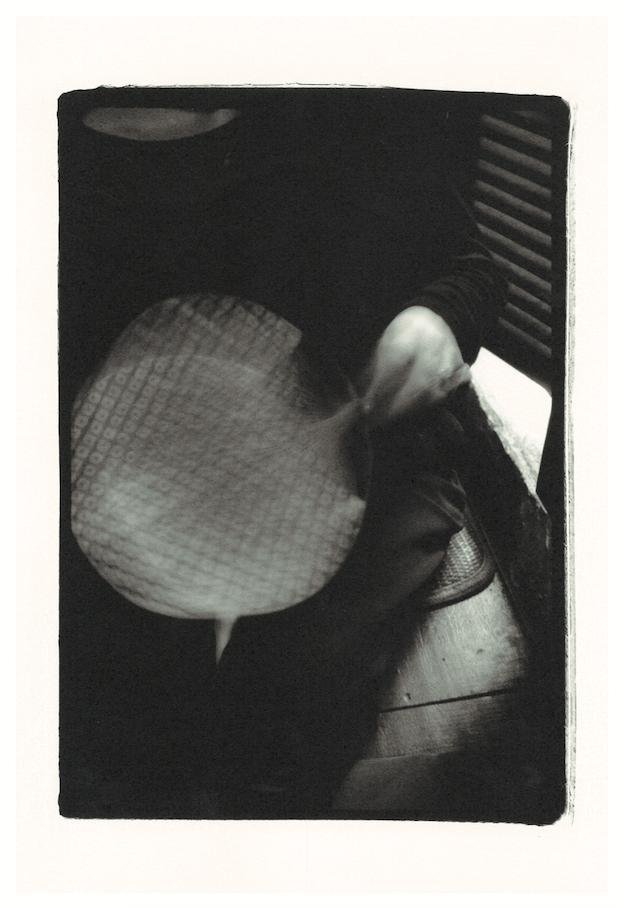 井上奨之の写真展『THE SCENT OF SOMETHING』は3日間、スナック「ながさき」で開催。