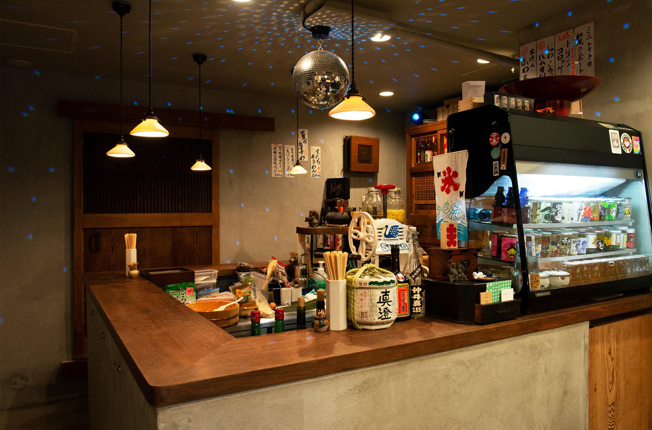 わたしのおいしい店リスト。浅草寺裏の骨董&バーのmicroに夜な夜な人が集まるワケ。