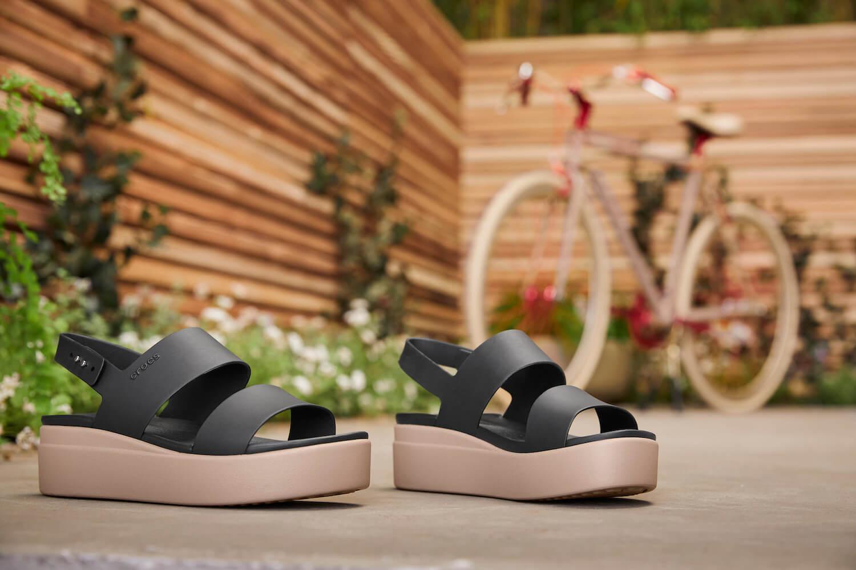 夏のサンダル初めにいかが? 履き心地もデザインも妥協しない、クロックスの新作が発売中です。